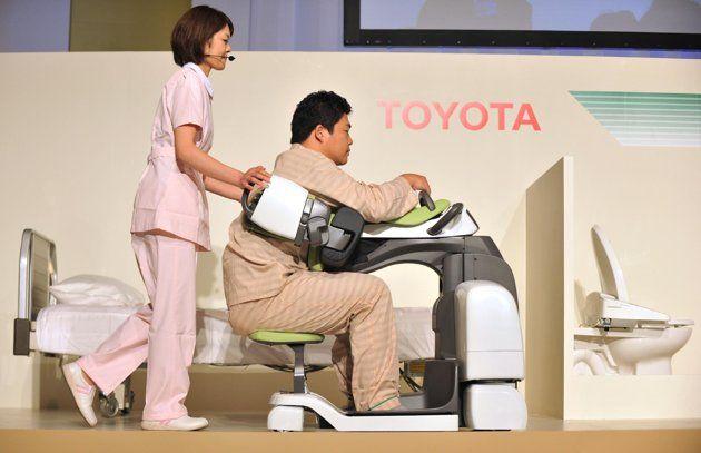 toyotanin hasta bakici robotlari size neredeyse her konuda yardimci olmaya hazir hbr 4057 - Engelli ve ya�l�lar i�in Toyota'n�n geli�tirdi�i bak�m ve y�r�me robotu